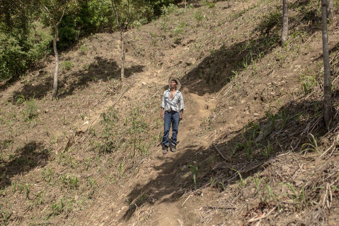 Eduardo Méndez López es un agricultor de subsistencia en el pueblo de Conacaste, Guatemala, cerca de ...