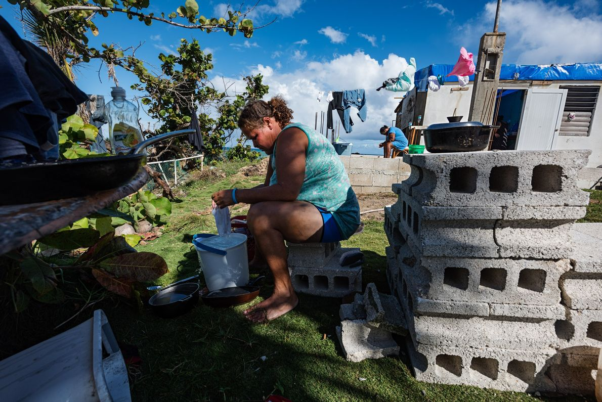 Yasmin Morales Torres, de 41 años, lava la ropa a mano en su patio en Playa ...