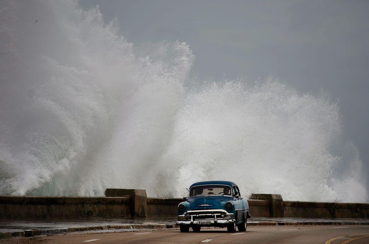 Este martes, las olas chocaban contra una calle en La Habana, Cuba. En solo tres días, ...