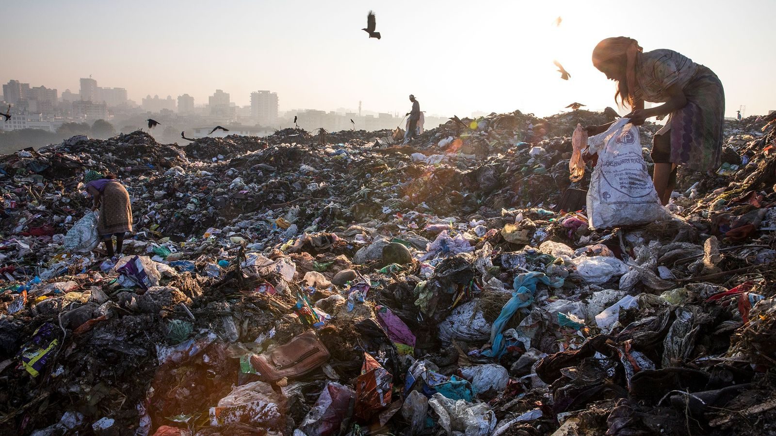 En Kalyan, en las afueras de Mumbai, India, los recolectores de basura buscan plásticos vendibles en ...