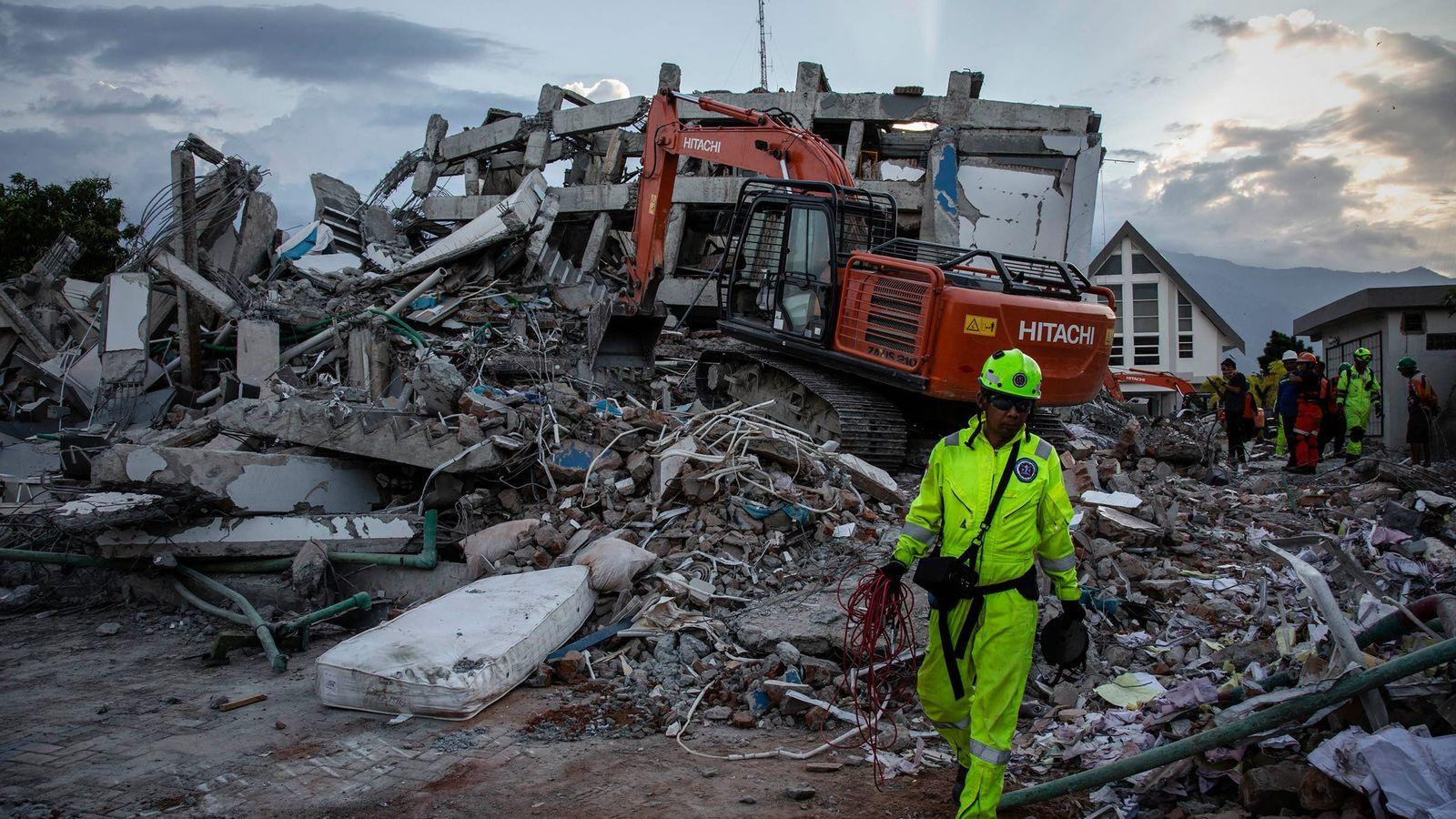 Los equipos de rescate buscan víctimas en el sitio donde se derrumbó un hotel después de ...