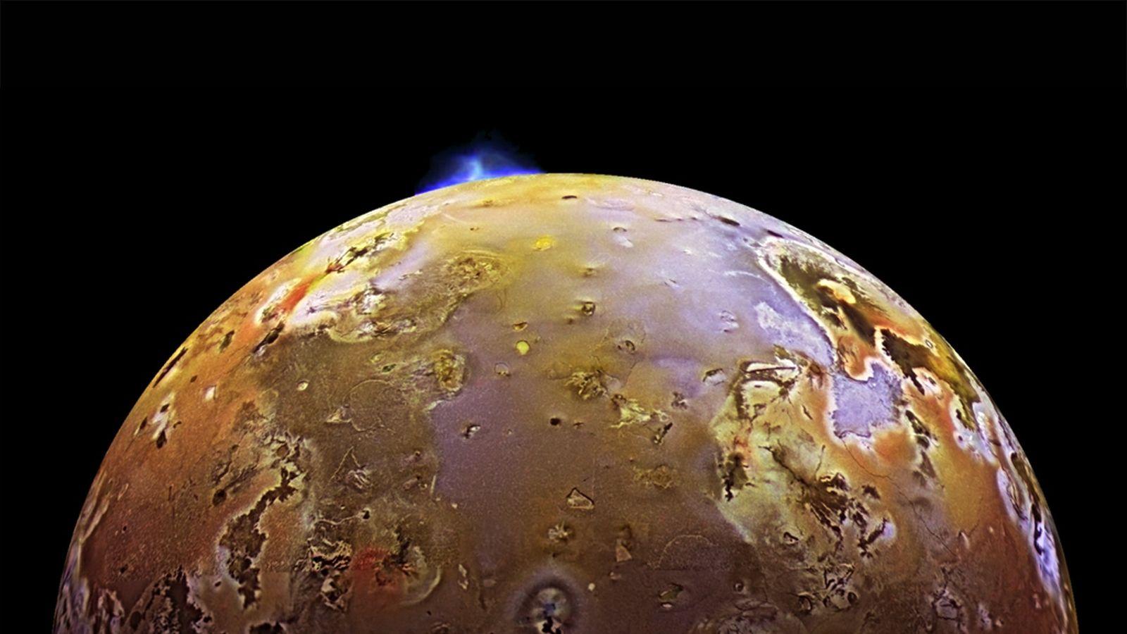 En esta imagen tomada por la nave espacial Galileo, se ve una nube de humo que ...