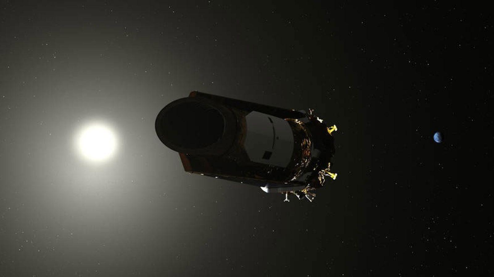 En una ilustración, el telescopio espacial Kepler navega a través de nuestro sistema solar.
