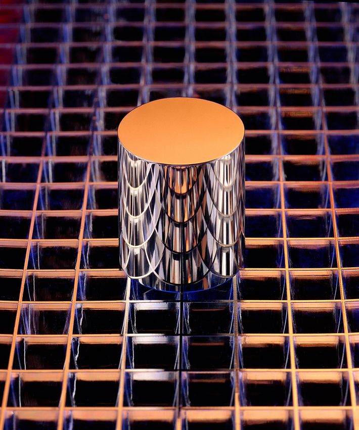 Este cilindro es una réplica exacta del Prototipo Internacional del Kilograma o del IPK. Almacenado en ...