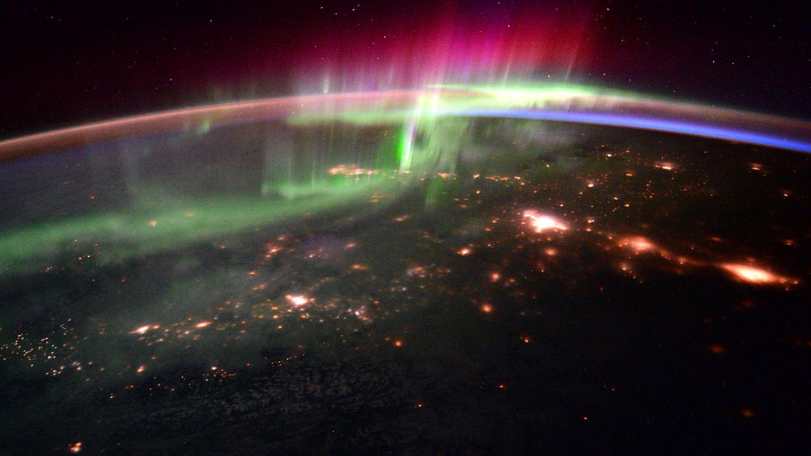 La interacción del viento solar con el campo magnético de nuestro planeta produce impresionantes espectáculos de ...