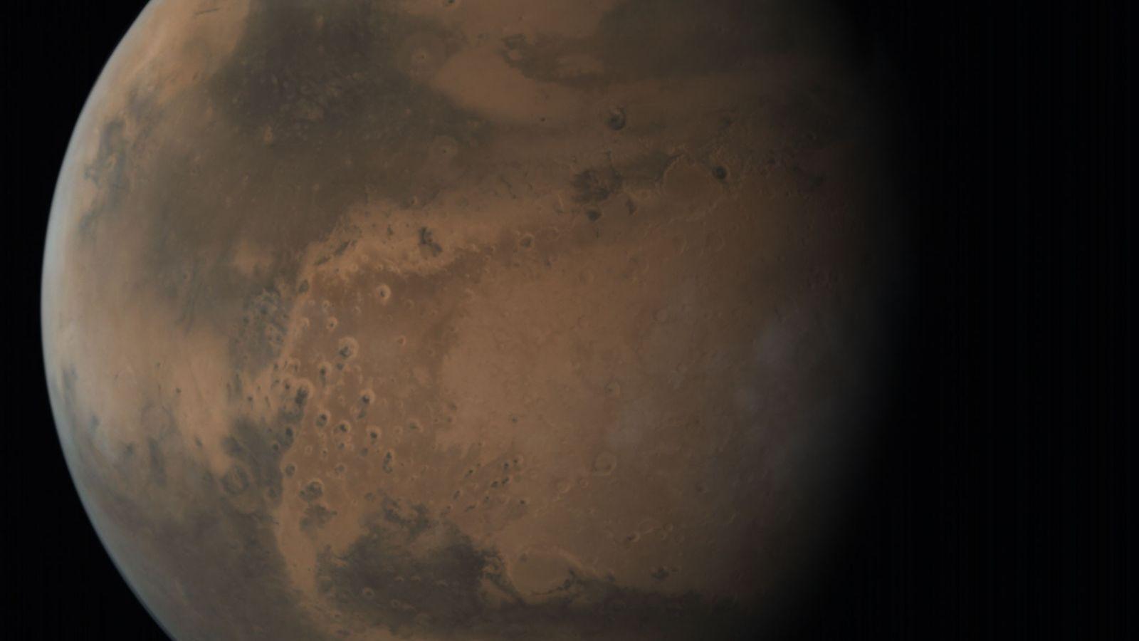 Marte, increíblemente detallado, flota como un adorno rojizo en la oscuridad del espacio en una imagen ...