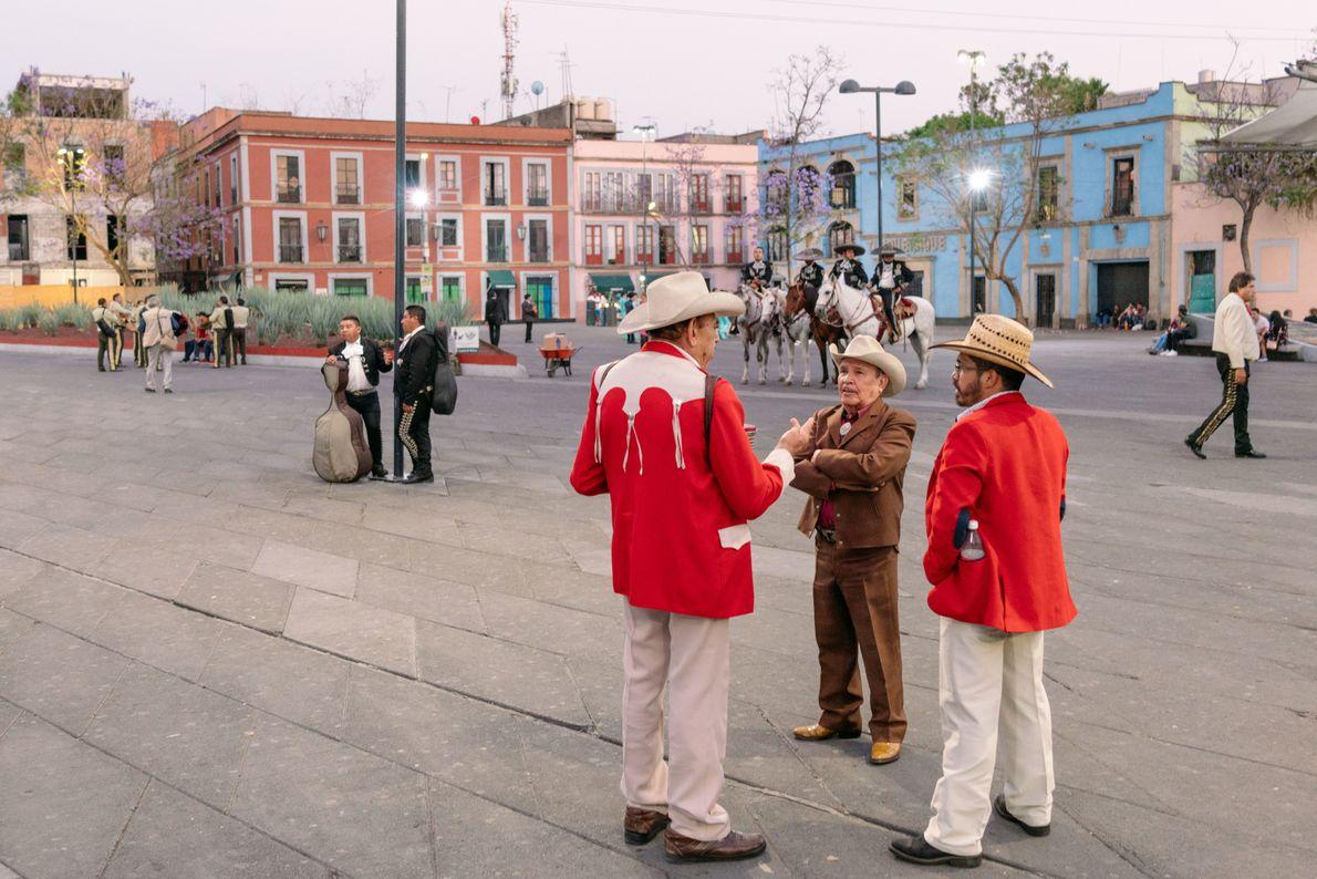 Los músicos esperan a la clientela en la Plaza Garibaldi en el centro de la Ciudad ...