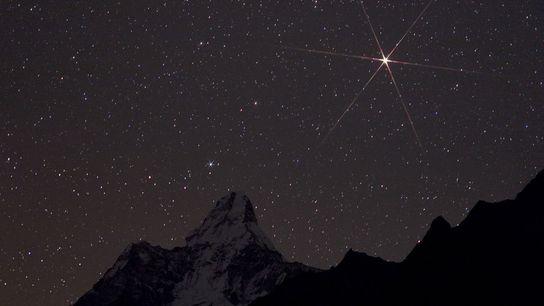 Un Marte brillante sobre el parque nacional de Sagarmatha, en Nepal.
