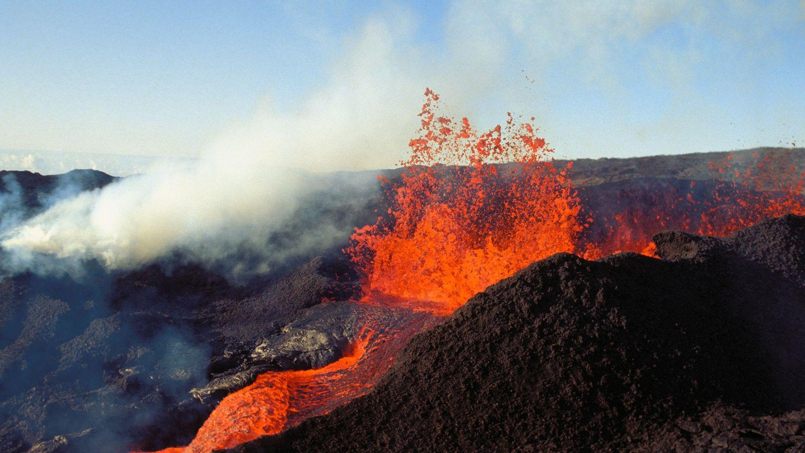 La lava brota de Mauna Loa en Hawai, que una vez más posee el título del ...