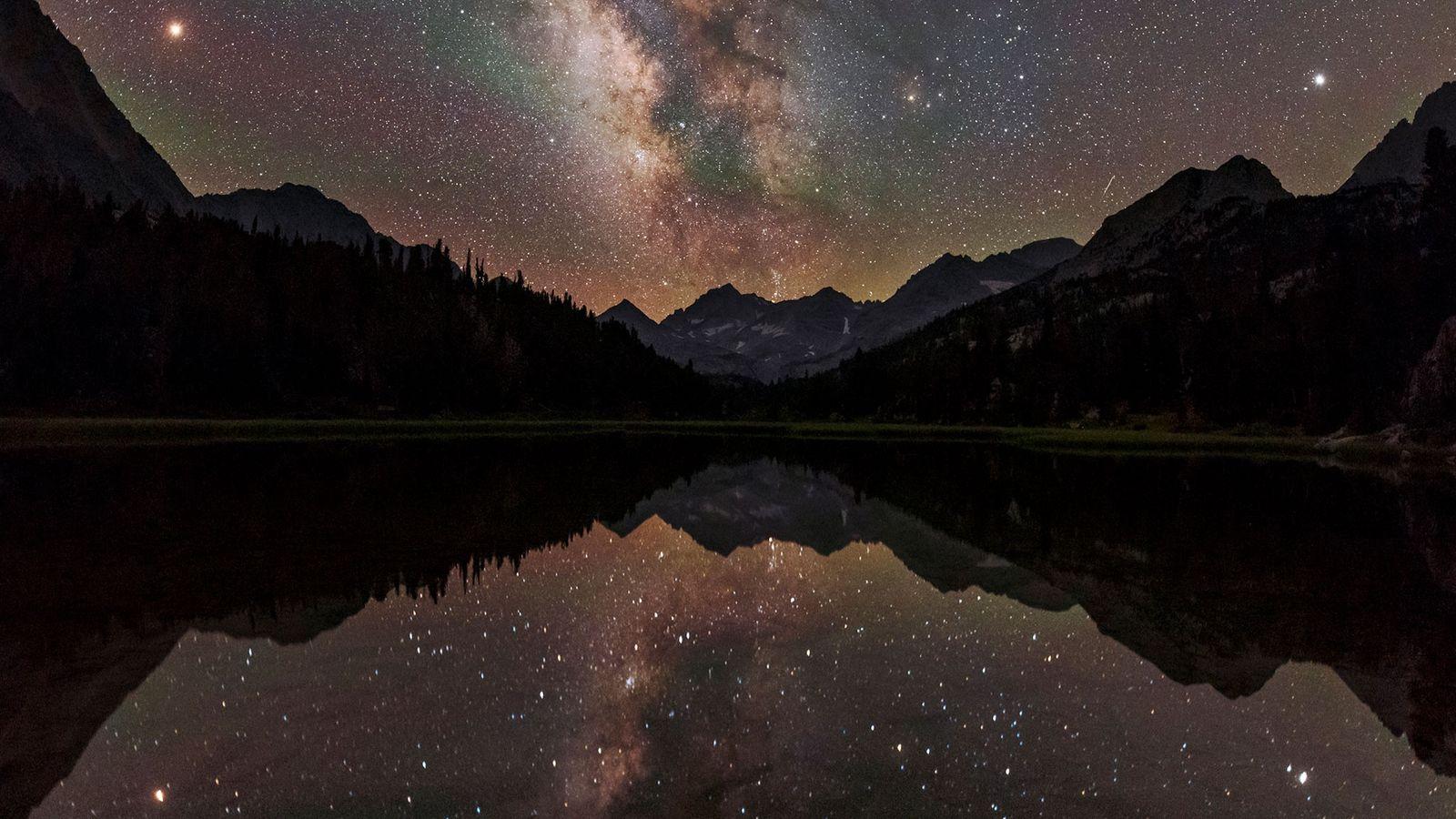 La Vía Láctea se arquea sobre un lago de montaña en California. Desde nuestro punto de ...