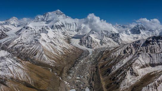 Desde el campamento base del Everest se ven los glaciares Rongbuk y la ruta hacia la ...