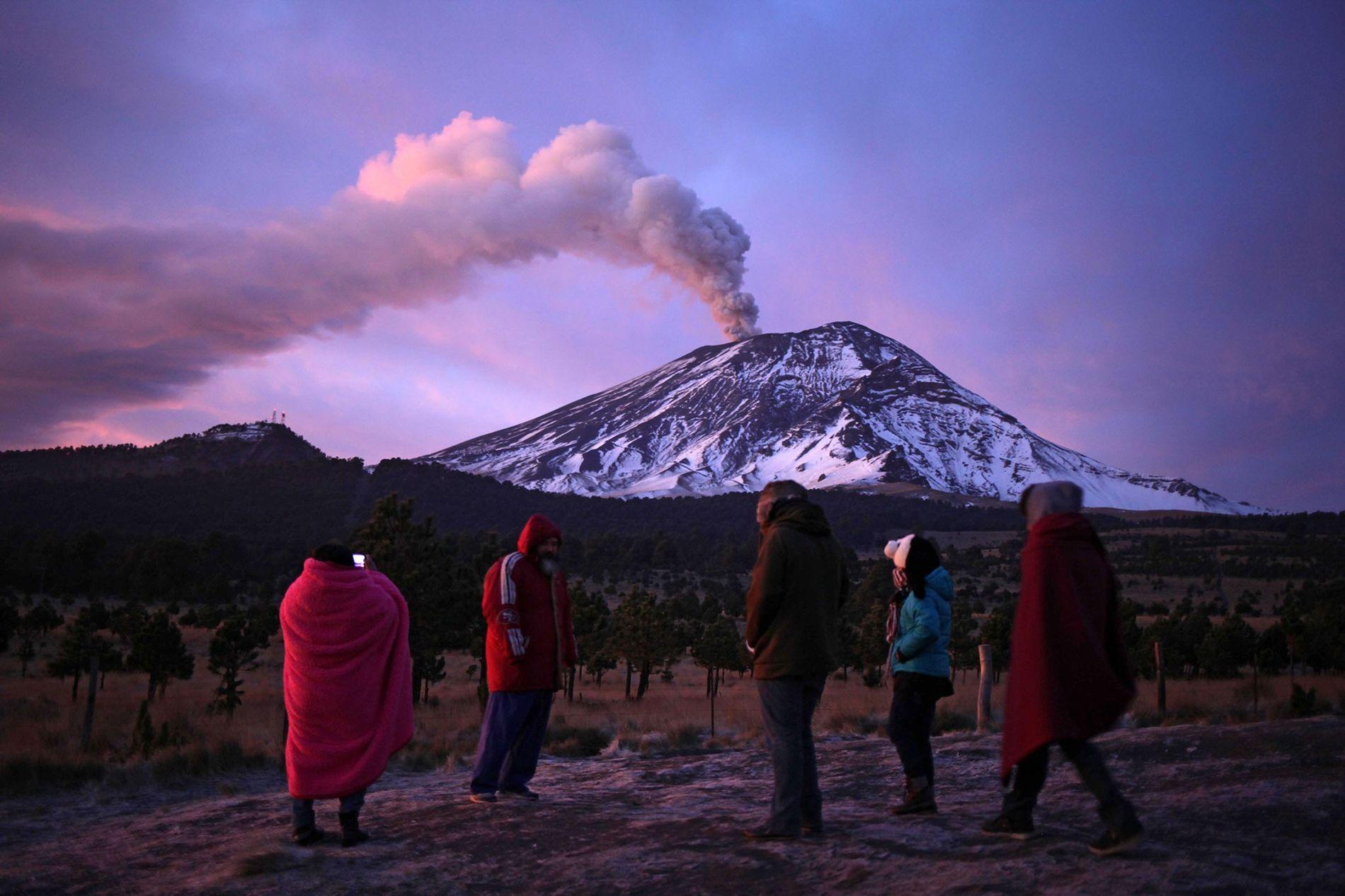 El volcán Popocatépetl arrojando cenizas, como se ve desde Paso de Cortes en Puebla, México, el ...