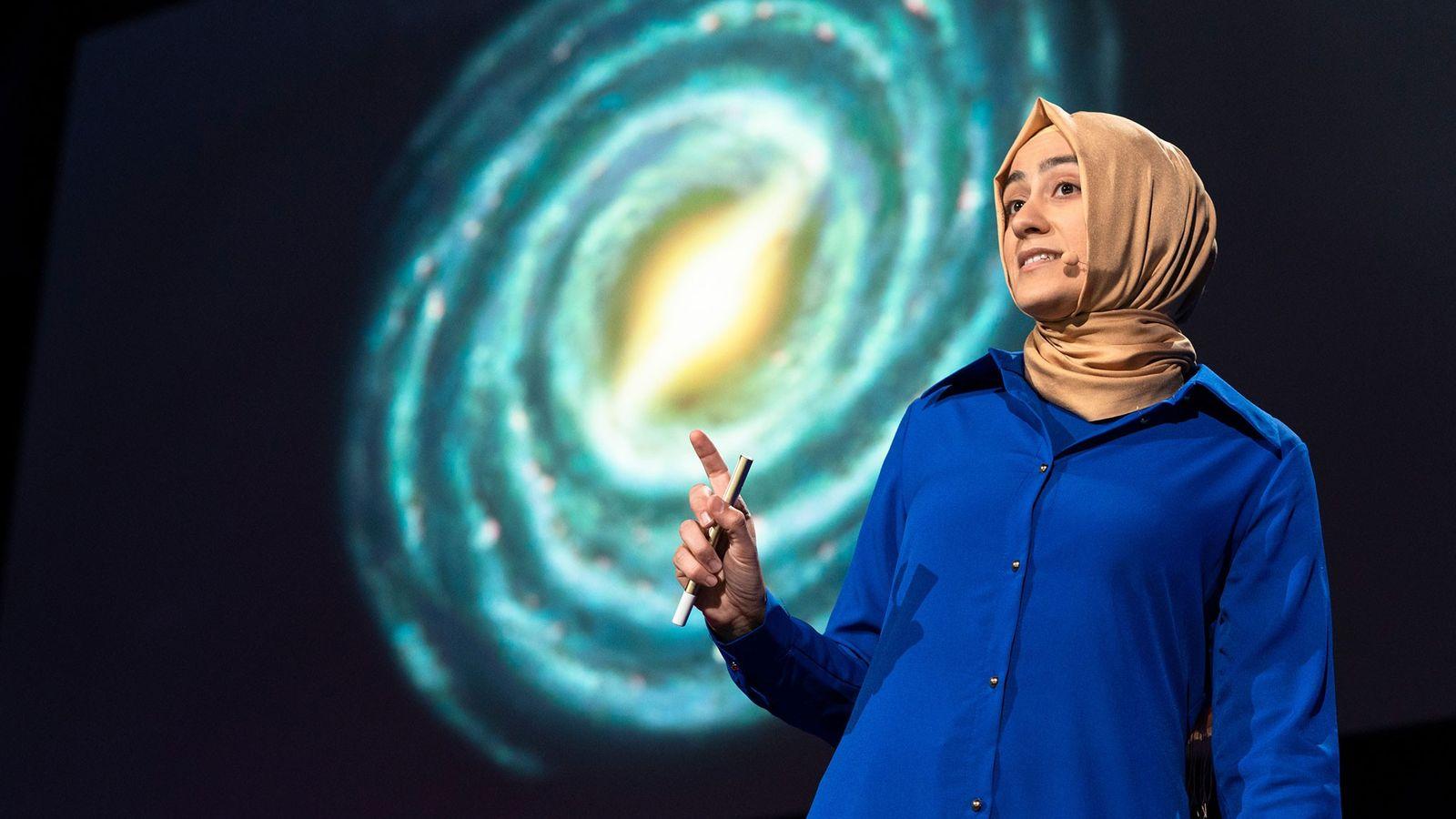 La astrofísica Burçin Mutlu-Pakdil habla durante el evento TED2018 en Vancouver, Canadá.