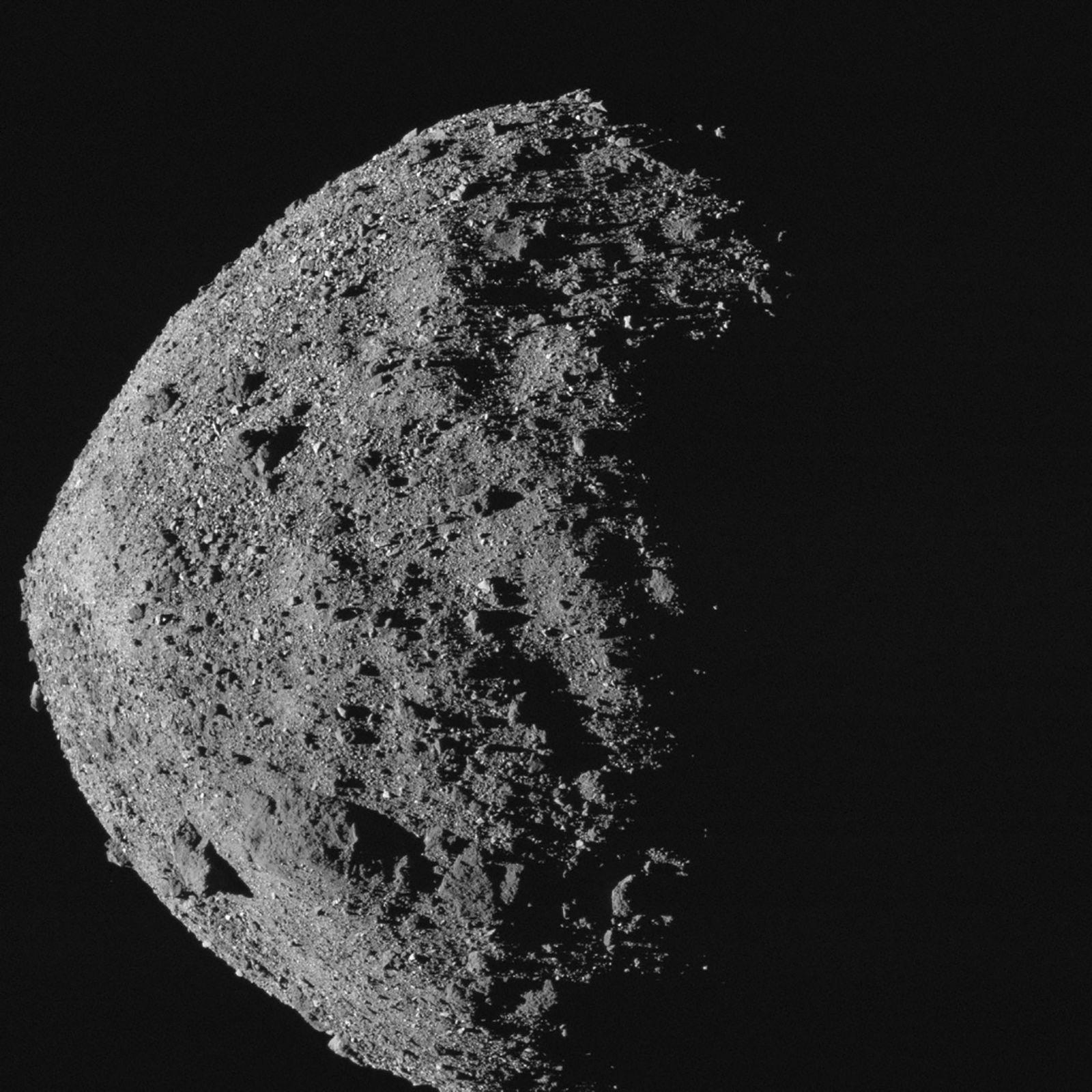El asteroide Bennu, cercano a la Tierra, es un poco más alto y ancho que el ...