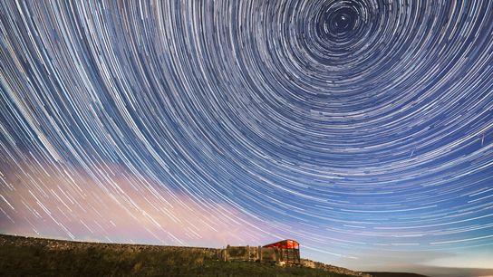 Una imagen compuesta muestra los meteoros Perseidas atravesando las estrellas sobre el Parque Nacional Yorkshire Dales ...