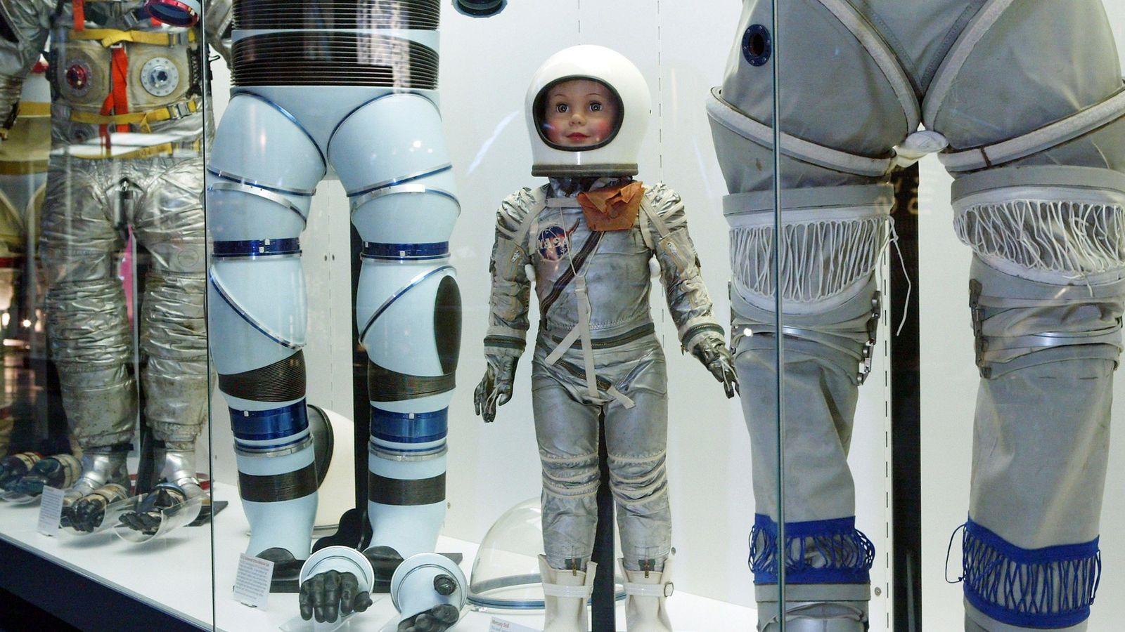 Los trajes espaciales se encuentran entre los artefactos de la colección Smithsoniana que incluye partes de ...