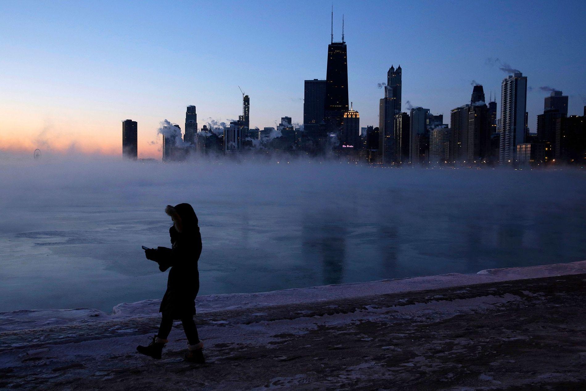 El miércoles una persona caminaba alrededor del lago en Chicago, en donde el aire del Ártico ...