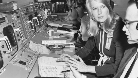 La ingeniera Poppy Northcutt habla con un colega del control de la misión de la NASA ...