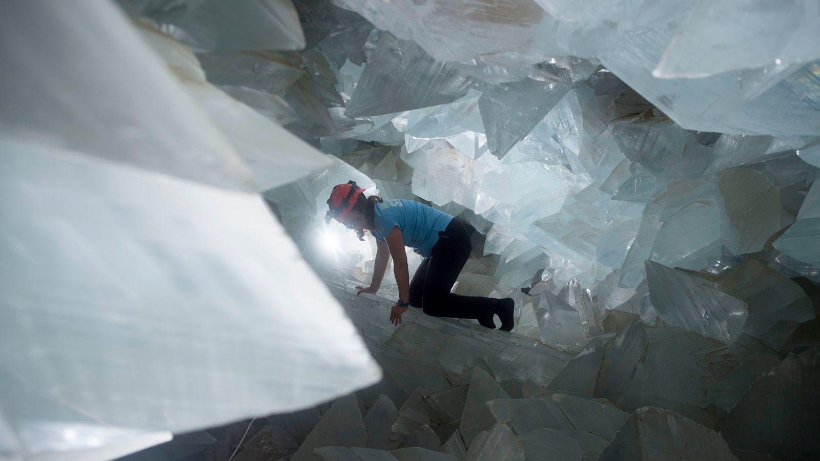 La geóloga Milagros Carretero se mueve a través de la gigantesca Geoda Pulpí en España en ...