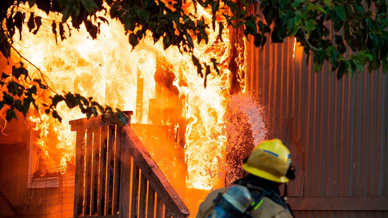 Los bomberos combaten un incendio provocado por un fallo eléctrico en un parque de caravanas en ...