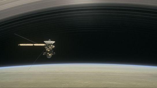 En esta ilustración, la nave espacial Cassini recorre Saturno y sus anillos en su misión final.