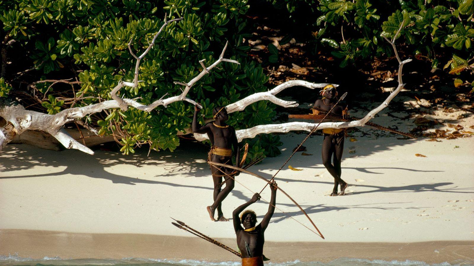 Los indígenas sentineleses de la isla Sentinel del Norte, en el archipiélago de Andamán, resisten ferozmente ...