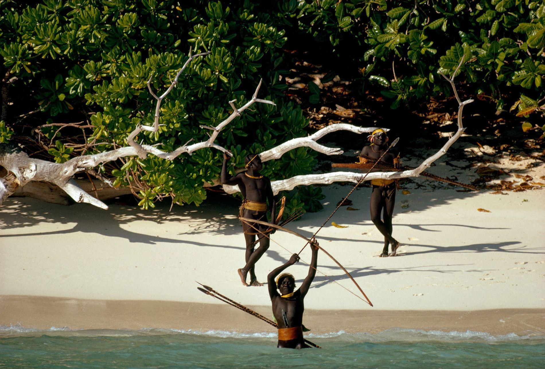 Los indígenas sentineleses de la isla Sentinel del Norte, en el archipiélago de Andamán, resisten ferozmente el contacto con forasteros. Esta fotografía fue sacada durante una expedición de National Geographic en 1974.