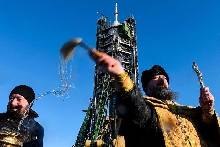 El 16 de diciembre de 2017, un sacerdote ruso ortodoxo bendice la nave espacial Soyuz MS-07 ...