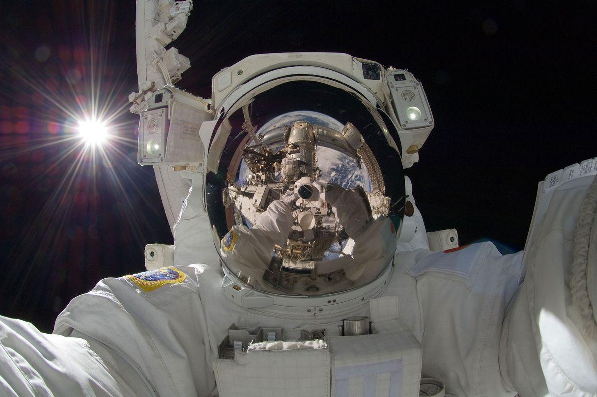 El 5 de septiembre de 2012, el astronauta japonés Akihiko Hoshide se tomó esta llamativa selfie ...