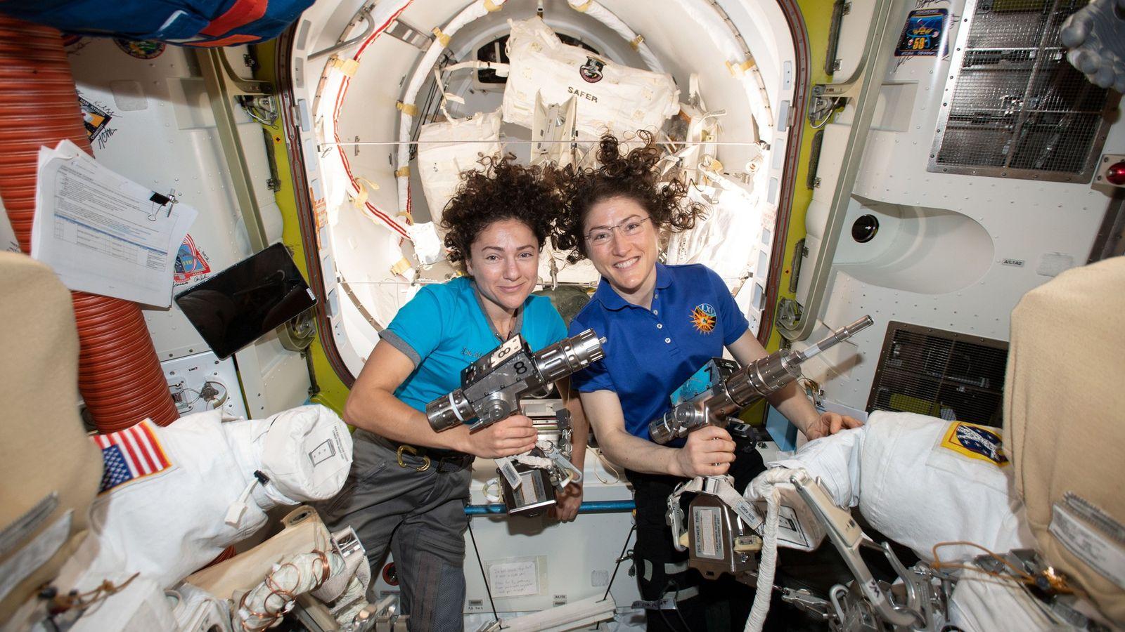 Los astronautas de la NASA Jessica Meir (izquierda) y Christina Koch posan dentro de Quest a ...