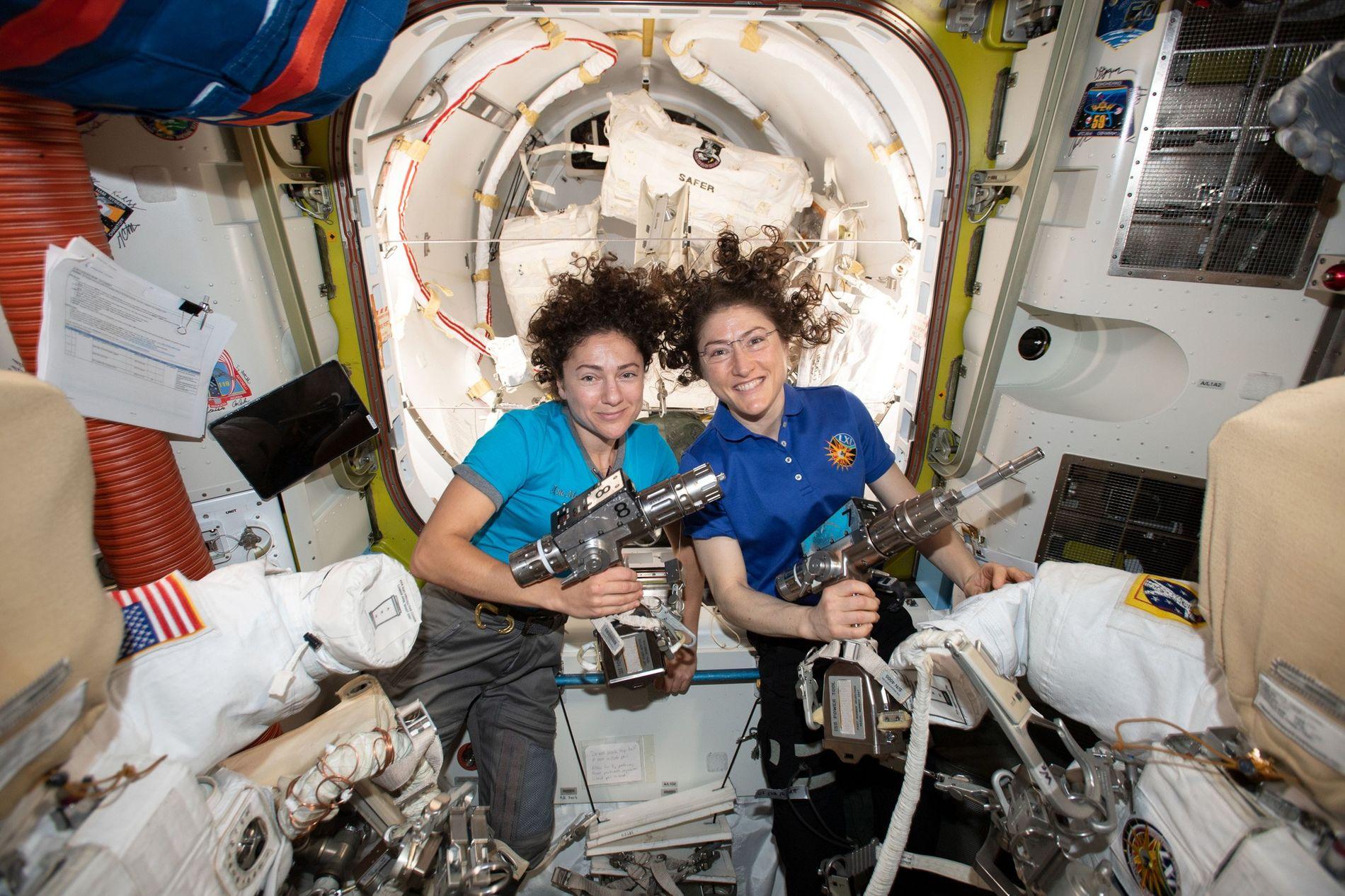 Los astronautas de la NASA Jessica Meir (izquierda) y Christina Koch posan dentro de Quest a bordo de la Estación Espacial Internacional mientras preparan los trajes espaciales y las herramientas que usarán en su histórica caminata espacial del 18 de octubre.