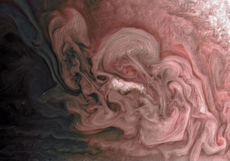La sonda Juno de la NASA captó estos remolinos de nubes a 12.195 kilómetros de la …