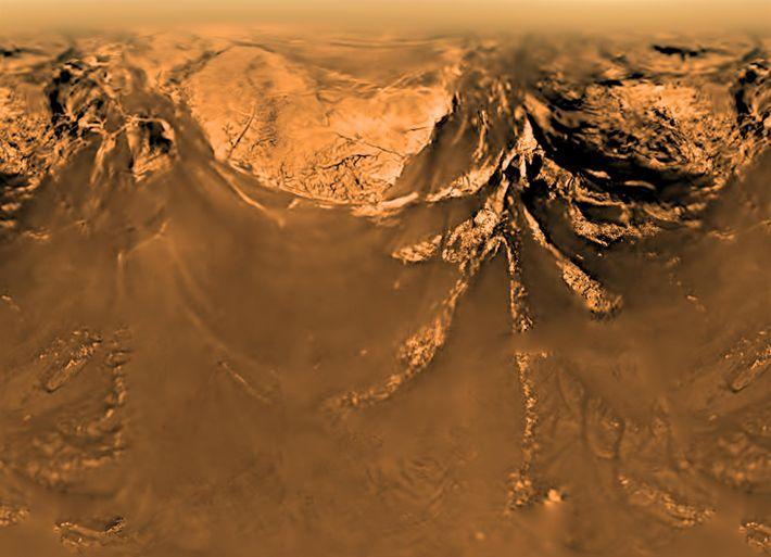 Titán, visto desde nueve kilómetros sobre la superficie. Esta vista fue creada combinando imágenes de la ...
