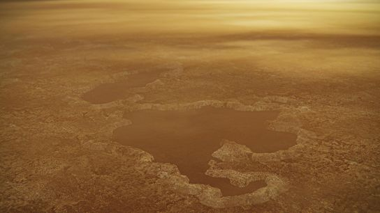 Los bordes elevados y las formaciones similares a terraplenes bordean un lago cerca del polo norte ...