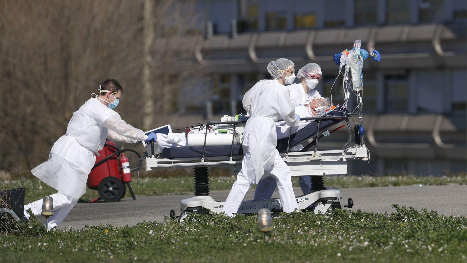 Una víctima de COVID-19 es evacuada del hospital civil Mulhouse, en el este de Francia, el ...