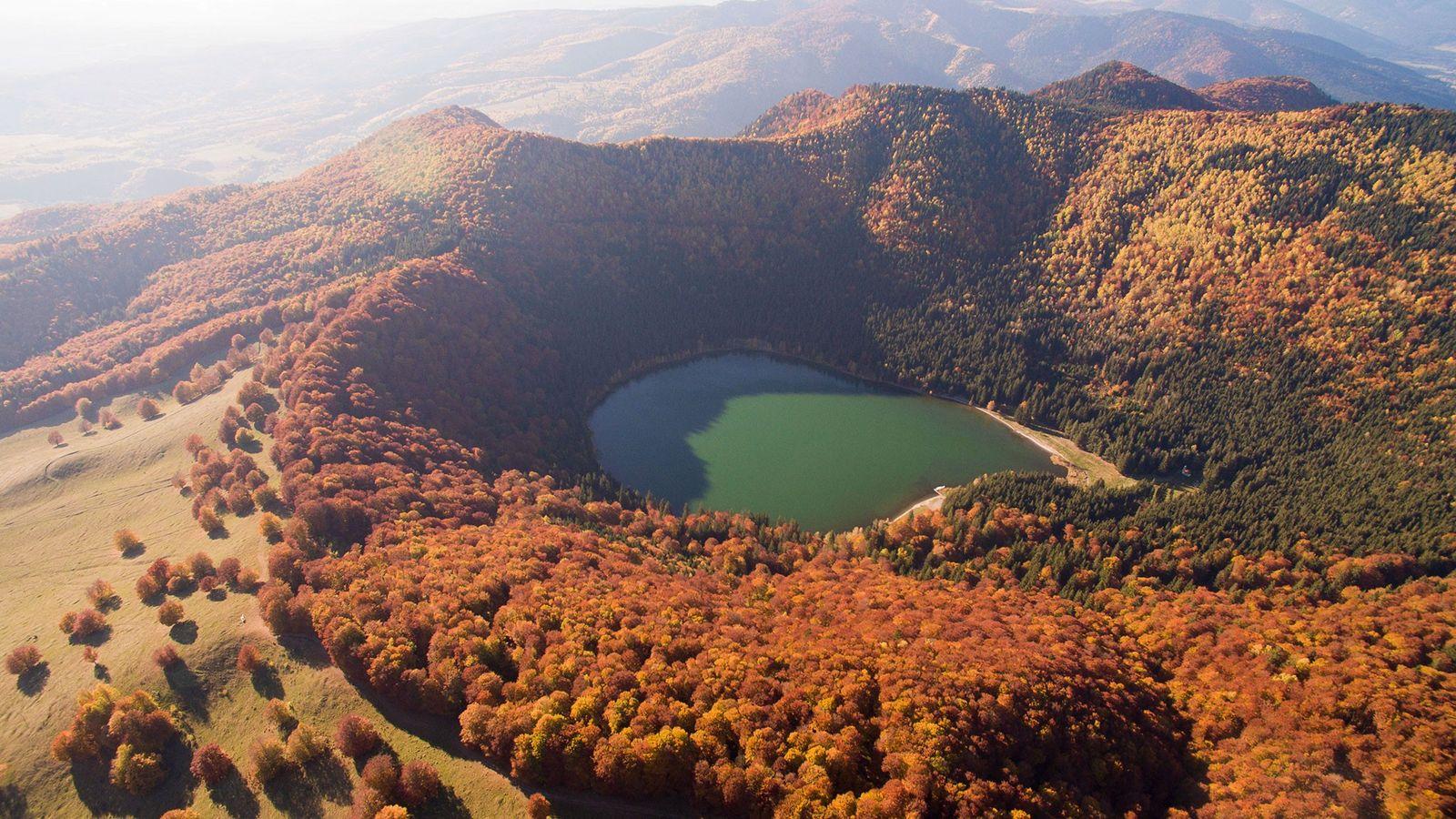 Saint Anne Lake está ubicado en un cráter del volcán Ciomadul de Rumania, que explotó por ...