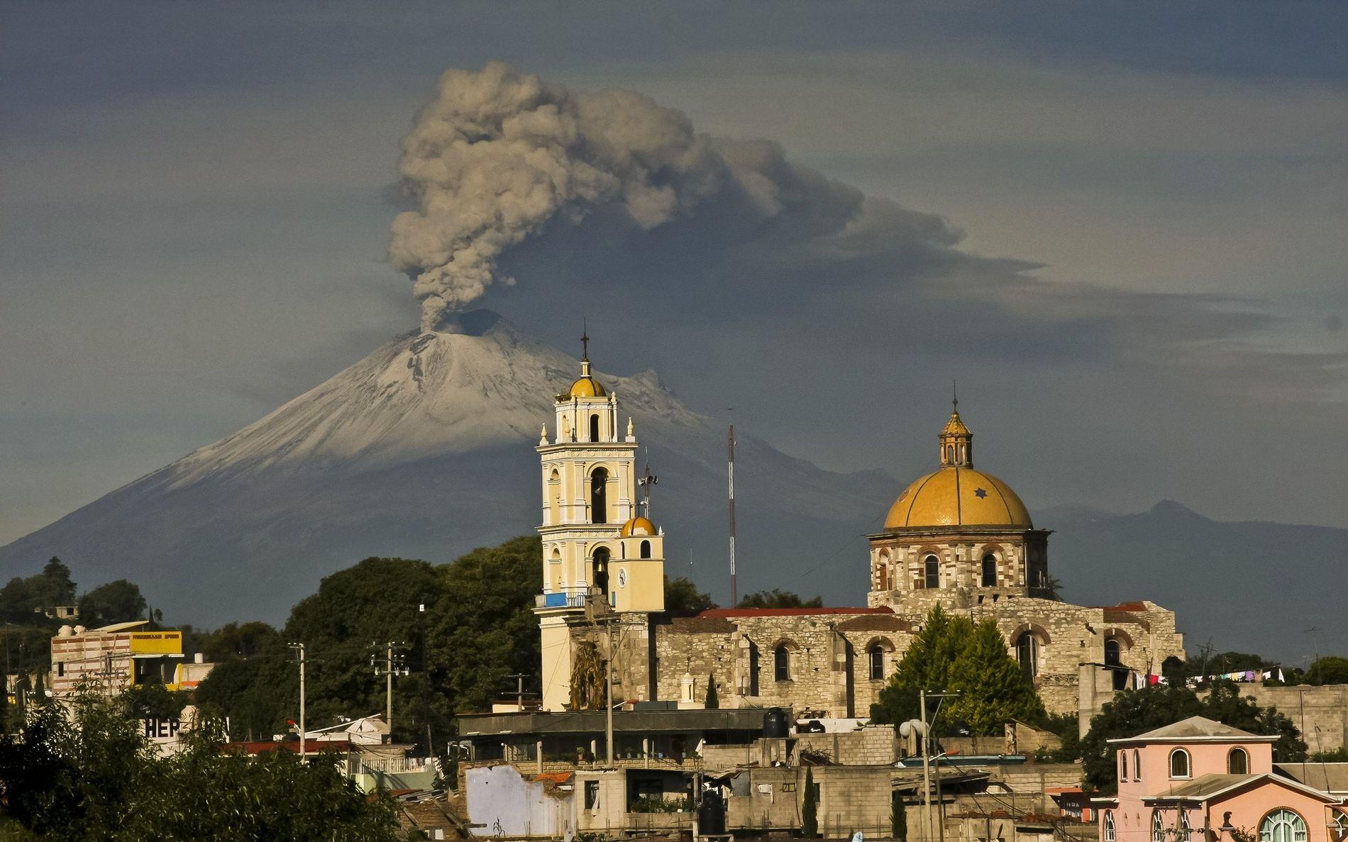 Las cenizas del volcán Popocatépetl de México en julio de 2013. El pico es parte del ...