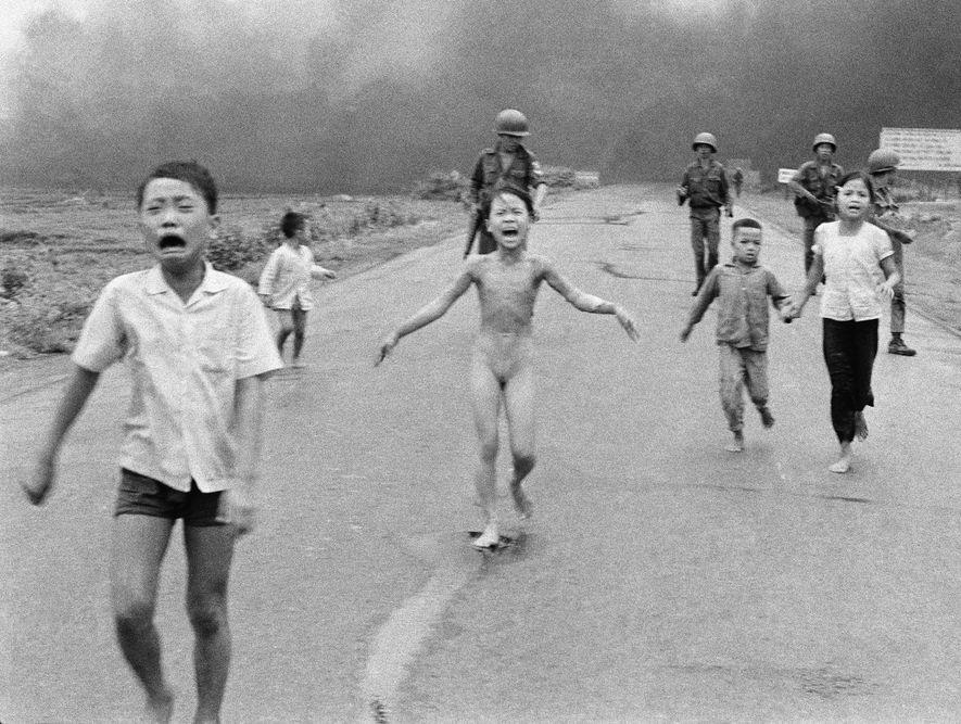 Esta foto de niños aterrorizados que huyen de un avión que lanza bombas de Napalm en ...