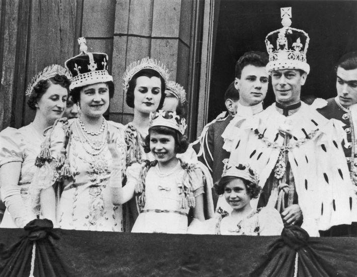 La princesa Isabel (la cuarta desde la izquierda), a la edad de 11 años, en el ...