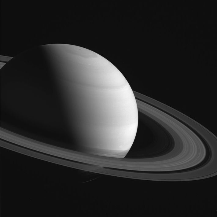 En esta fotografía tomada en el 12° año en que la nave espacial Cassini orbitaba Saturno, ...