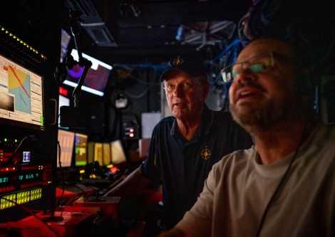 Bob Ballard y Jeff Dennerline supervisan el trabajo del vehículo de operación remota (ROV) desde el ...