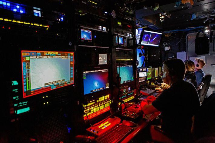 Dentro de la sala de control, los miembros de la tripulación conducen vehículos operados a distancia ...