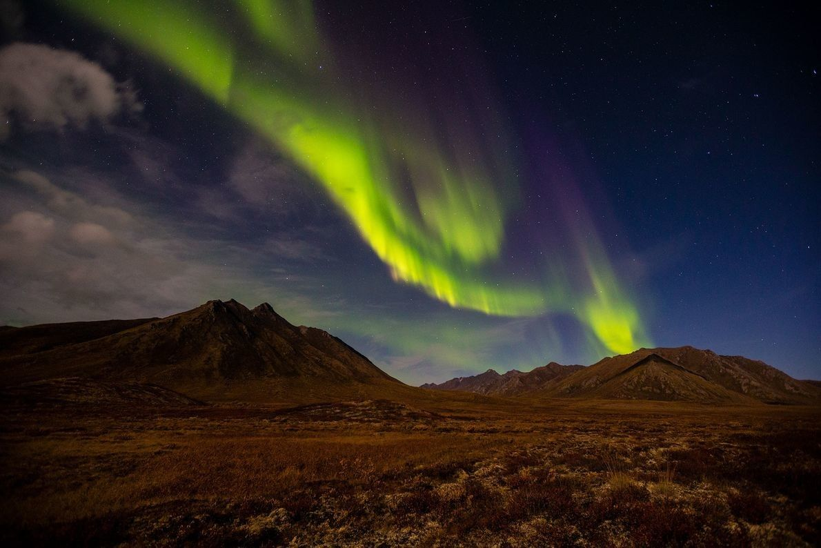 Una aurora crea guirnaldas de luz sobre el territorio de Yukón, en Canadá. Las auroras son ...