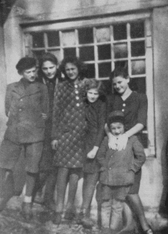 Esta foto de los niños Friedman fue tomada en Humenné alrededor de 1936. De izquierda a ...