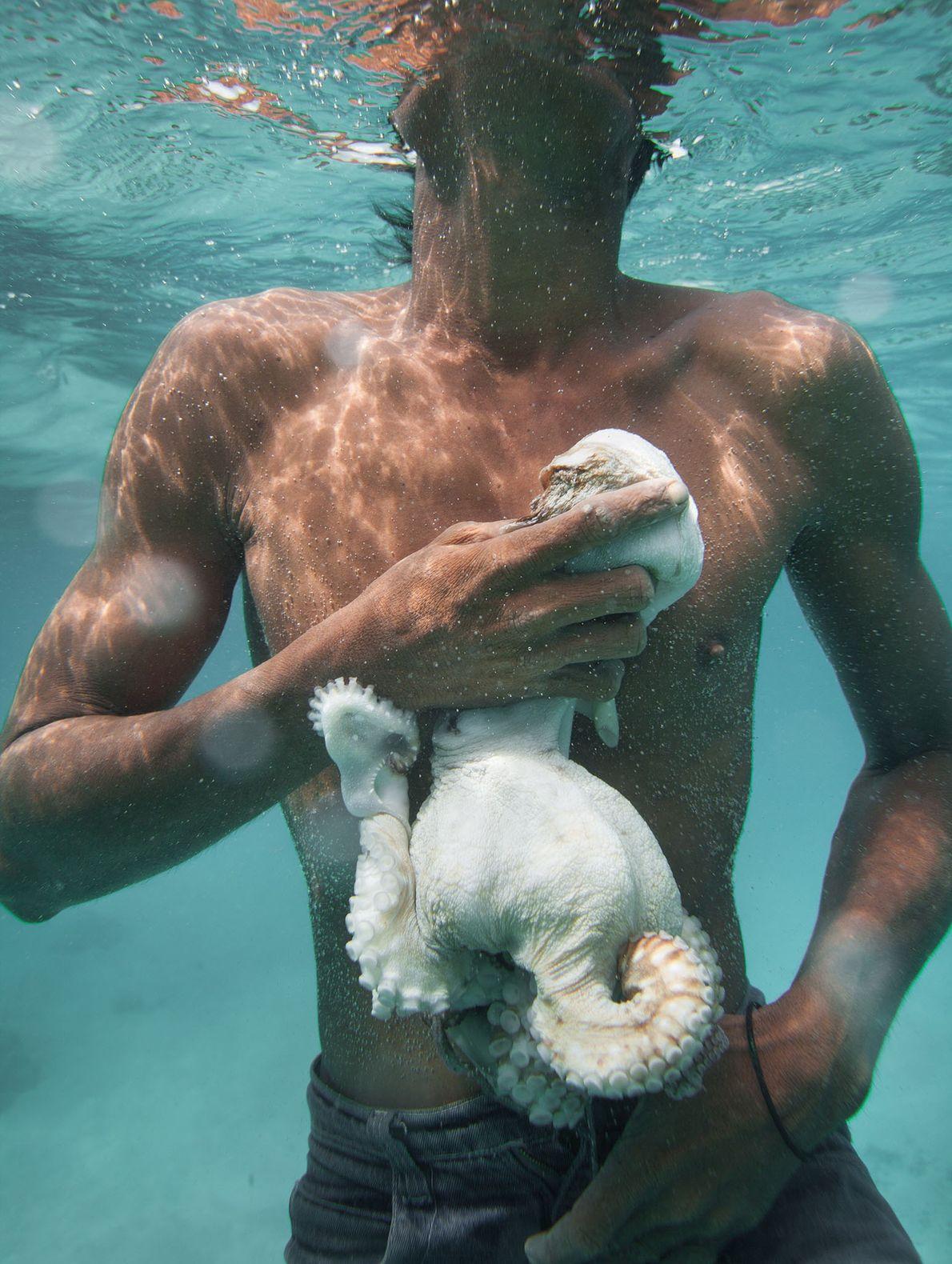 Un pescador bajau llamado Tarumpit atrapa pulpos en la isla Boheydulang.