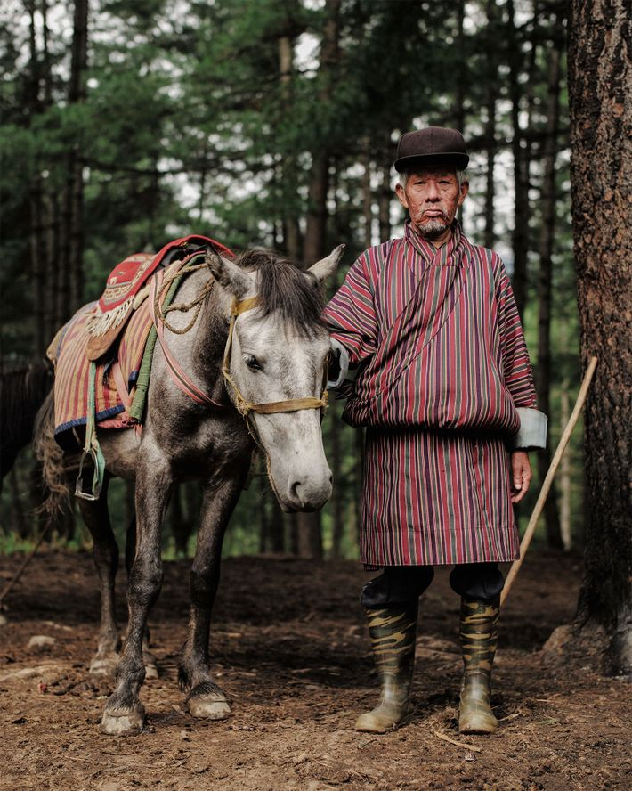 Sonam, de 62 años, procede de Bután oriental. Ayuda a los visitantes a llegar al monasterio ...