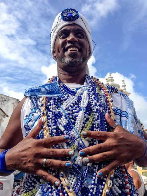 """""""César, con amuletos de cuentas azules y blancas que simbolizan la paz, vibra conuna energía de ..."""
