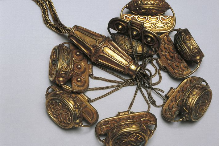 Algunos investigadores creen que este collar encontrado en el tesoro podría haberse originado en la isla ...