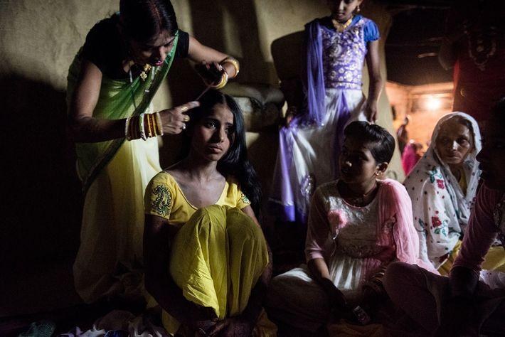 Las parientes de Muskaan la ayudan a vestirse para la boda. Su esposo, Raju (cuyo nombre ...