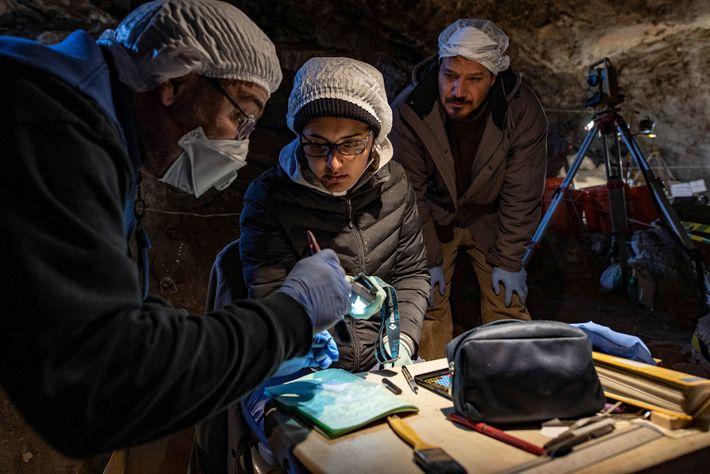El arqueozoólogo Joaquín Arroyo-Cabrales, a la izquierda y la experta en datación por radiocarbono Lorena Becerra-Valdivia, ...